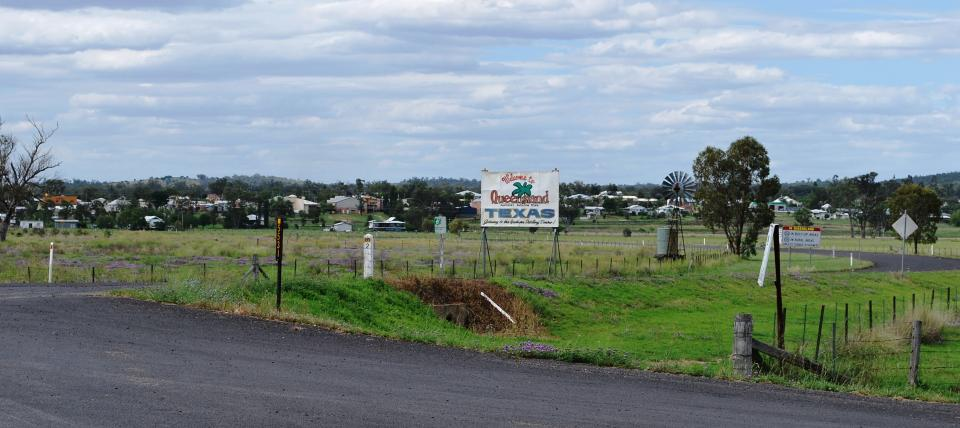 A view of the welcome sign for Texas, Queensland. / Photo by Mattinbgn on Wikimedia.